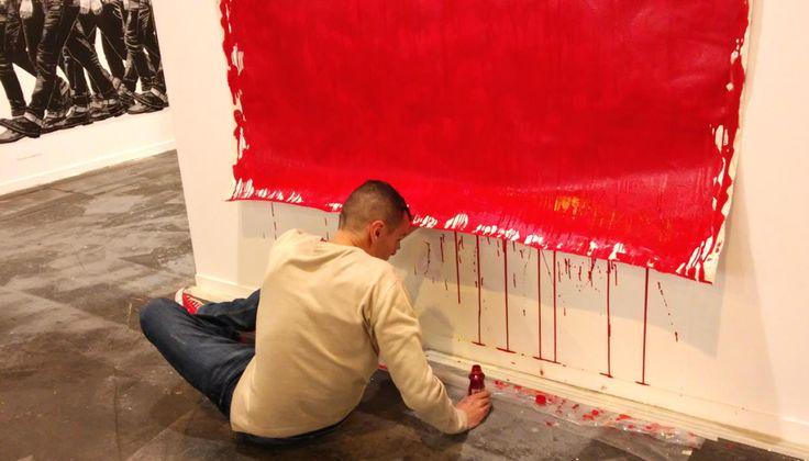 El artista colombiano Jorge Magyaroff ultima su pieza en el pasillo dedicado a las galerías invitadas de su país. (EC)