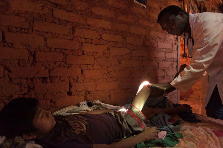 """PAHO WHO   Exposição de fotos Programa Mais Médicos  """"Minha maior satisfação é contribuir para melhorar alguns índices de saúde, como mortalidade infantil, além de evitar complicações de doenças como hipertensão e diabetes."""" —Trabalha desde 2014 em Tocantins, Brasil. (Foto:Alejandro Zambrana)"""