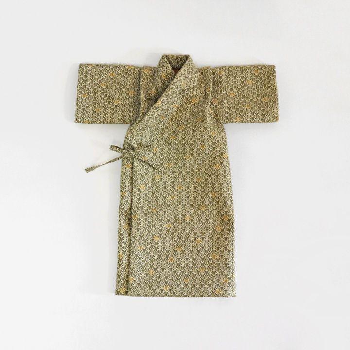 日本人には古くから馴染みの深い青海波文様で仕立てたレトロな産着です。