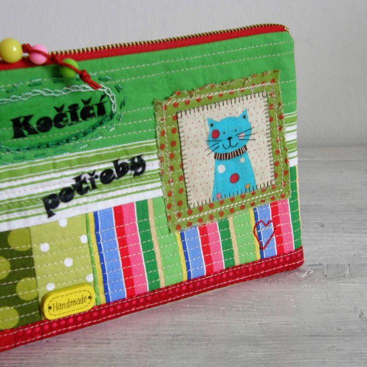 kapsička+-+na+kočičí+potřeby+Nepostradatelná+kapsička+do+každé+kabelky+třeba+na+doklady,+malovátka,+klíče,+telefon,+šperky...+zkrátka+na+co+právě+potřebujete.+Můžete+ji+nosit+v+kabelce,+darovat+jako+dárek...+Kousíčky+látekposešívané,+doplněné+obrázkem+kočky,+tiskem,+ručním+vyšíváním,+dřevěnou+plackou.+Vše+je+prošívané.+Kapsička+vyztužená+pro+větší+...