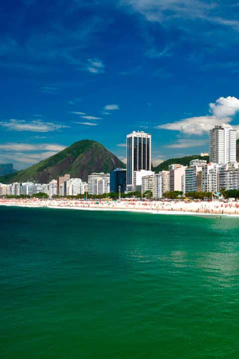 Playa de Copacabana, en Río de Janeiro. Disfruta al máximo de tu experiencia en Río de Janeiro con los consejos que leerás en el link de la foto. #Brasil #America #Mar #Playas #Copacabana