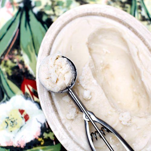 Verhit de amandelmelk,hazelnootmelk, suiker en honing in eenkleine steelpan op laag vuur tot de suikeris opgelost (laat niet koken).    Laat hetmengsel afkoelen en klop de sojayoghurten eventueel de amaretto erdoor....