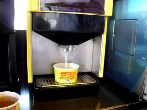 Máquina de purê de batata e gravy (eca) chega aos 7-11 de Singapura. Tá certo...cada cultura com seus gostos