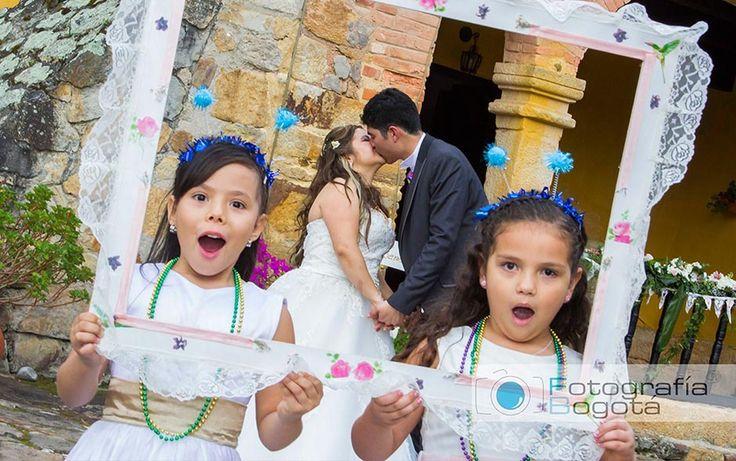Fotografia de bodas profesional en Paipa - pareja de novios beso romantico hacienda el salitre. fotografias de pajesitas. Fotógrafos James Alberth Tobar