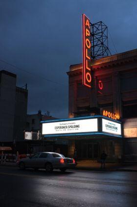 Avant de murmurer dans cette photographie de Robin Santus, l'Apollo Theater a chanté, joué, mimé la comédie sur ses planches. Ce soir là, après l'orage, le sol encore humide, l'heure est au silence des tournages et à la vie nocturne et secrète américaine.