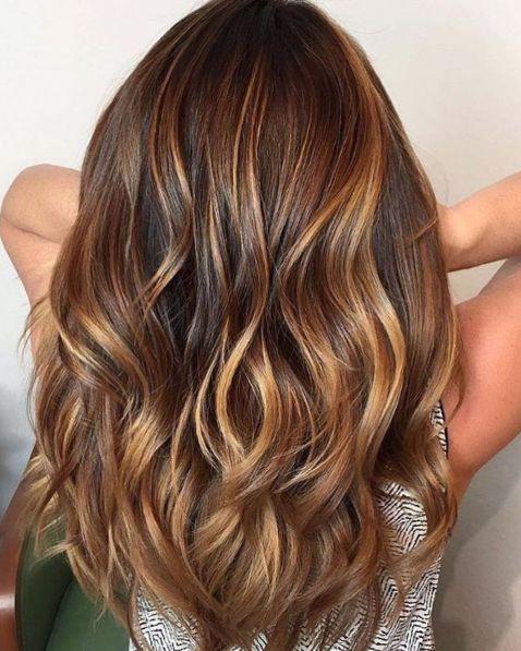 Warm getöntes braunes Haar mit Karamell-Balayage