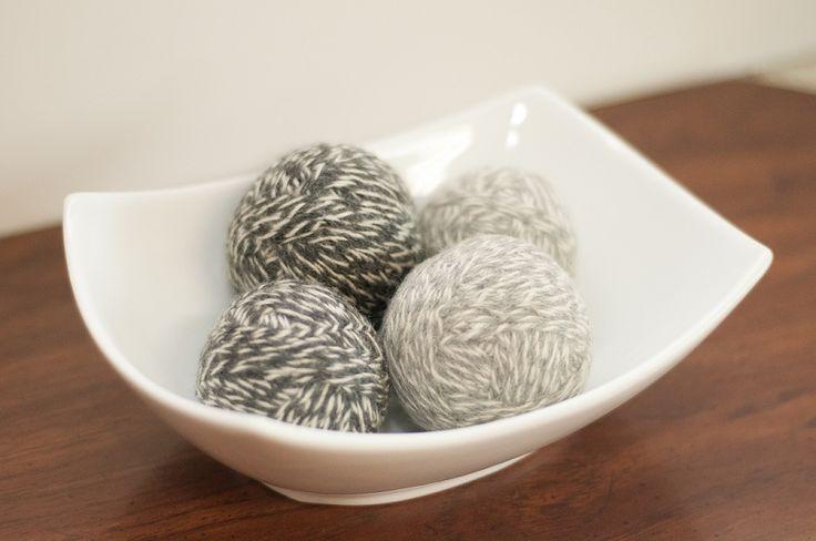 DIY Drogerballetjes van wol maken je was superzacht en geven een heerlijke geur af met een beetje etherische olie.