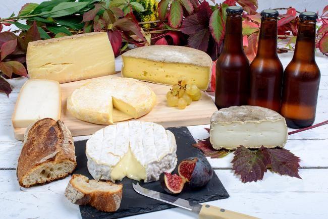 Over kaas en wijn zijn al hele hoofdstukken geschreven, maar wist je dat je eigenlijk veel beter af bent met een glas bier bij een stukje kaas? Er is zeker niets mis met wijn, ook niet met een kaas- en wijnschotel, maar waarom je enkel daartoe beperken als je ook even de wijde bierwereld kan induiken.