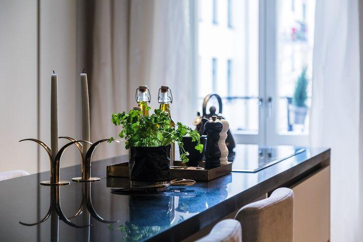 Med högst, ljust och fritt läge på Karlavägen nära Östermalmstorg ligger denna vackra sekelskiftesvåning. Våningen är smakfullt renoverad i en klassiskt modern stil. Exklusivt designkök med utgång till balkong. Rymlig matsal. Upp till tre sovrum. Stort påkostat badrum med ångbastu, dusch och badkar. Vardagsrum med vacker kakelugn. Våningen har fri utsikt över Karlavägen allé. Välskött och representativ fastighet med elegant entré. Förening med mycket god ekonomi. Tillträde efter…