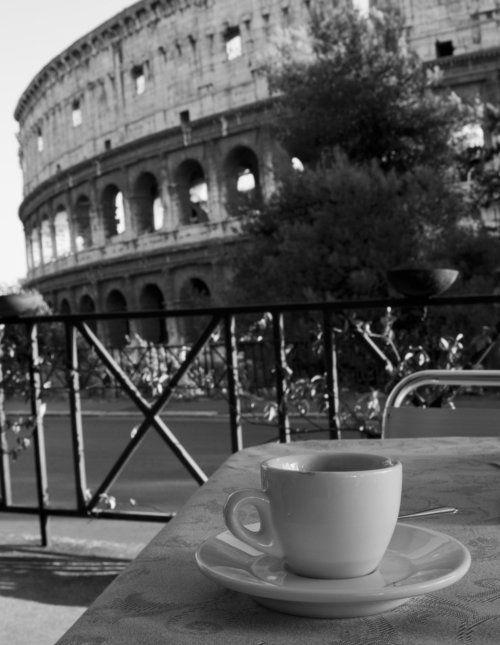 Tomar un Cappuccino con vistas al Coliseo romano, muy recomendado.
