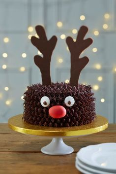 //The 12 Most Ingeniuos #Christmas Cakes - DIY easy reindeer christmas cake #ChristmasCake #Reindeer