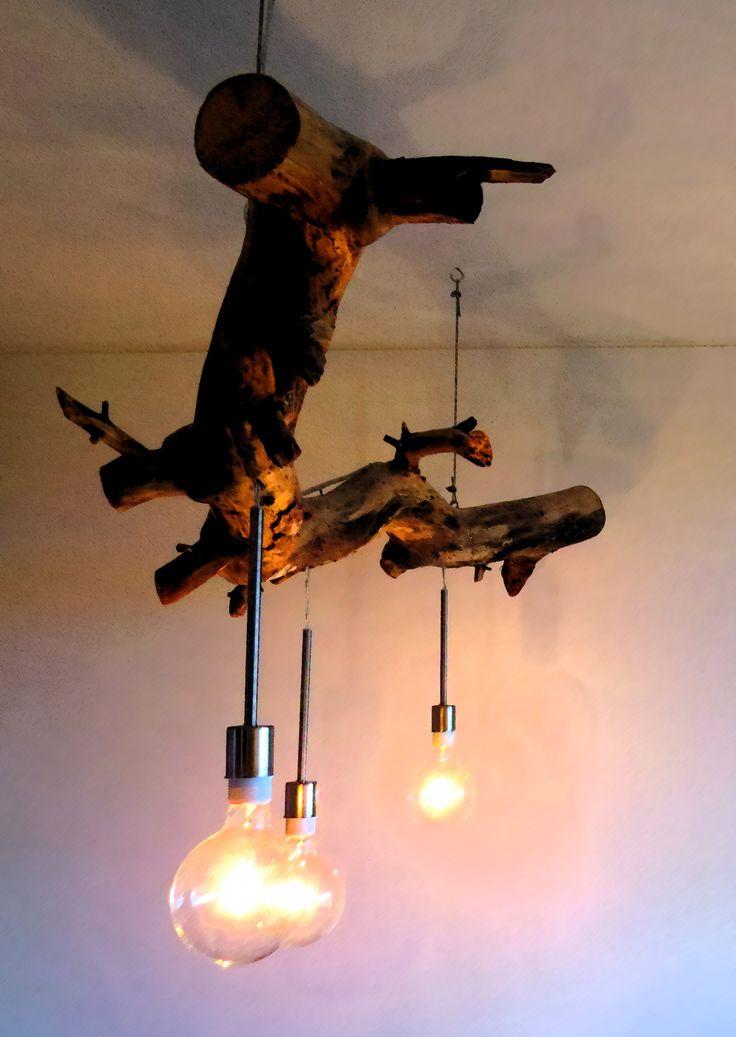 Boomstamlamp. Een tak, gevonden in het bos omgetoverd tot een prachtig woonaccesoire. In diverse uitvoeringen, met diverse lampjes. Prijs vanaf €250,-