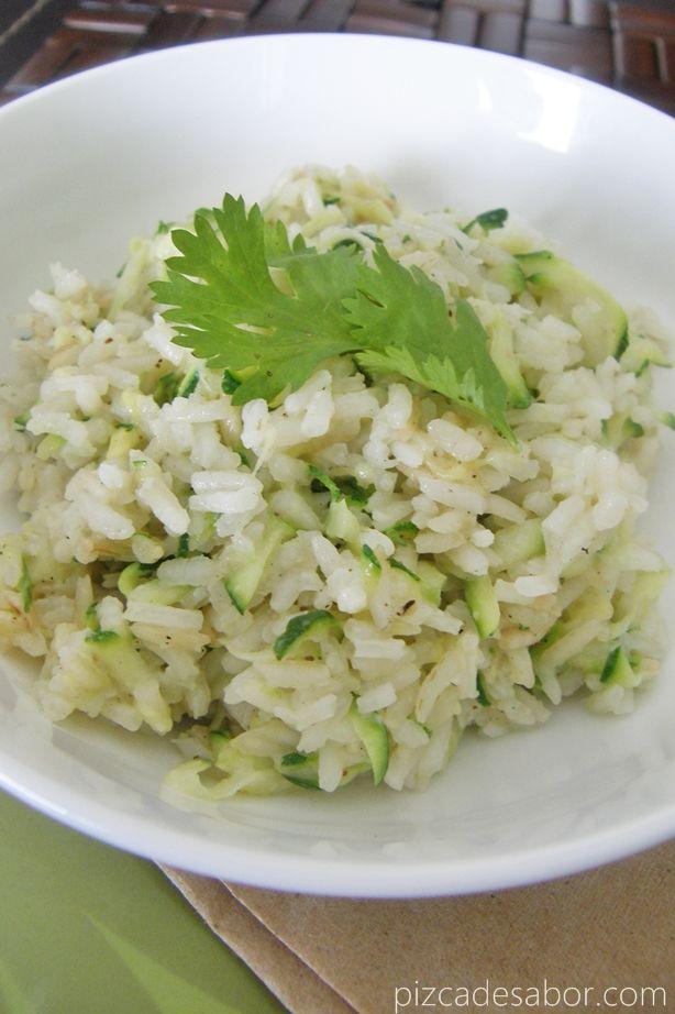 Una guarnición rica y fácil, el arroz se prepara como de costumbre y al final se agrega calabacita rallada y queso. Dale vida al arroz con esta receta.