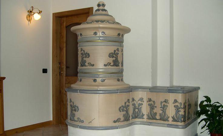 STUFA A OLE CLASSICA Stufa classica in maiolica completamente artigianale che si adatta ad ogni tipologia di ambiente per la sua versatilità di colori e decori. #stufecollizzolli #handmade #fattoamano #madeinitaly #artigianato #design #italy #arte #qualita #home #casa #arredamento #processoartigianale #ceramica #maiolica #argilla #cotturainforno #pittura #incisioni #rilievi #decorazioni #trentino