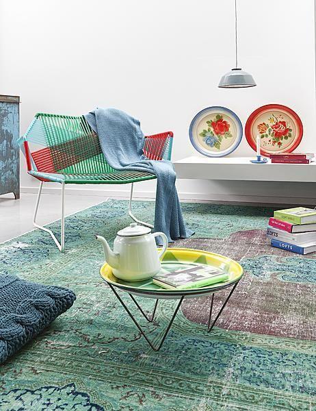 Colorful! #green #blue #red #yellow #living #room  Ben je ook op zoek naar zo'n mooi emaille bord met bloemdecoratie? Kijk dan ook eens op www.grijsengroen.nl