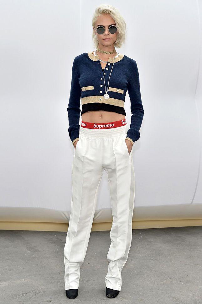 Кара Делевинь в Chanel и белье Supreme на шоу Chanel в Париже | Мода | VOGUE Live | VOGUE