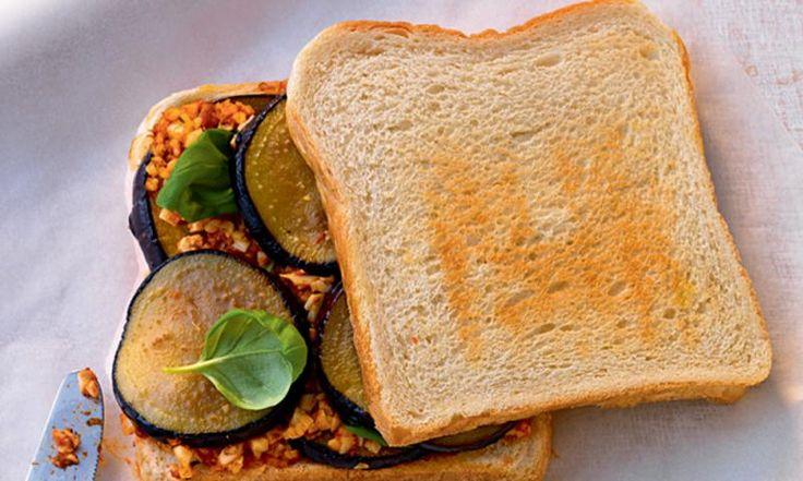 Italienisch für die Mittagspause oder ein schneller Snack mit unserem Rezept für ein Auberginen-Sandwich mit Mozzarella-Tatar. Vegetarisch, mediterran und sehr lecker!