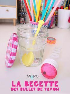 Les enfants adorent jouer avec les bulles de savon ! Et bien souvent plus de la moitié du contenu de la bouteille finie plutôt par terre que dans les airs ! En fait, c'est fou ce que ça consomme en produit à bulles un enfant, non ? Alors, souvent on tente de le faire nous-même avec du liquide vaisselle et de l'eau. Mais les bulles ne tiennent pas du tout. Mais ça c'était avant ! Car on a trouvé les recettes des bulles de savons parfaites !