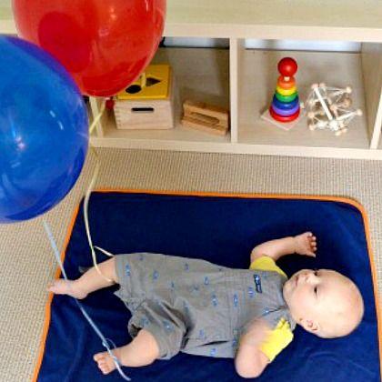 Met de baby's, met de ballonen spelen. Het is een gerecycleerd spel , want je hebt alleen maar draad en ballonen nodig. Je neemt twee ballonen en blaast ze op( roden), je hangt ze vast aan een draad. En als je gaat spelen met de baby, kan je het aan de voetjes vast maken of in zijn of haar handjes vastnemen, zo stimuleer je het kind.