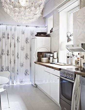une cuisine blanche avec des plans de travail en bois kleine kchenwei kchengaleere - Galeere Kche Einbauleuchten Platzierung
