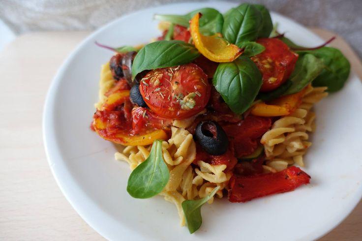 Yaay, een pasta recept! Wie van jullie is fan van de Italiaanse keuken? IK! Ik zat tussen mijn recepten te zoeken en zag opeens dat ik beschamend weinig pasta recepten heb geplaatst, terwijl ik er zo dol op ben!Dus voor alle pasta lovers, fusilli pasta met een geroosterde paprikasaus! Dit recept maakt ik in opdracht …