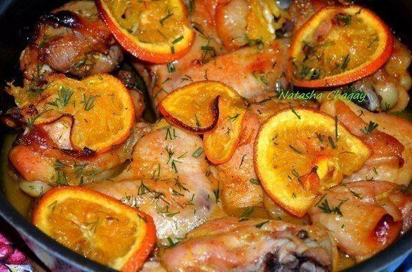 Для приготовления маринада нам понадобятся: -сок одного апельсина + несколько тонких кружочков -мед 1 ст л -карри 1 ч л без горки -соль по вкусу (~1,5 ч л) -перец красный молотый 1/2 ч л -масло подсолнечное 2 ст л -И куриное мясо (любые части по вкусу) 700-800 г  Все смешать для маринада. Мясо порезать на кусочки и перемешать с маринадом. Оставить на 2 часа. Затем выложить в форму и запечь 30 - 40 мин при 220*. Подавать с любым гарниром.