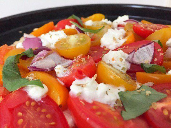 Pizza met Hüttenkäse en tomaatjes