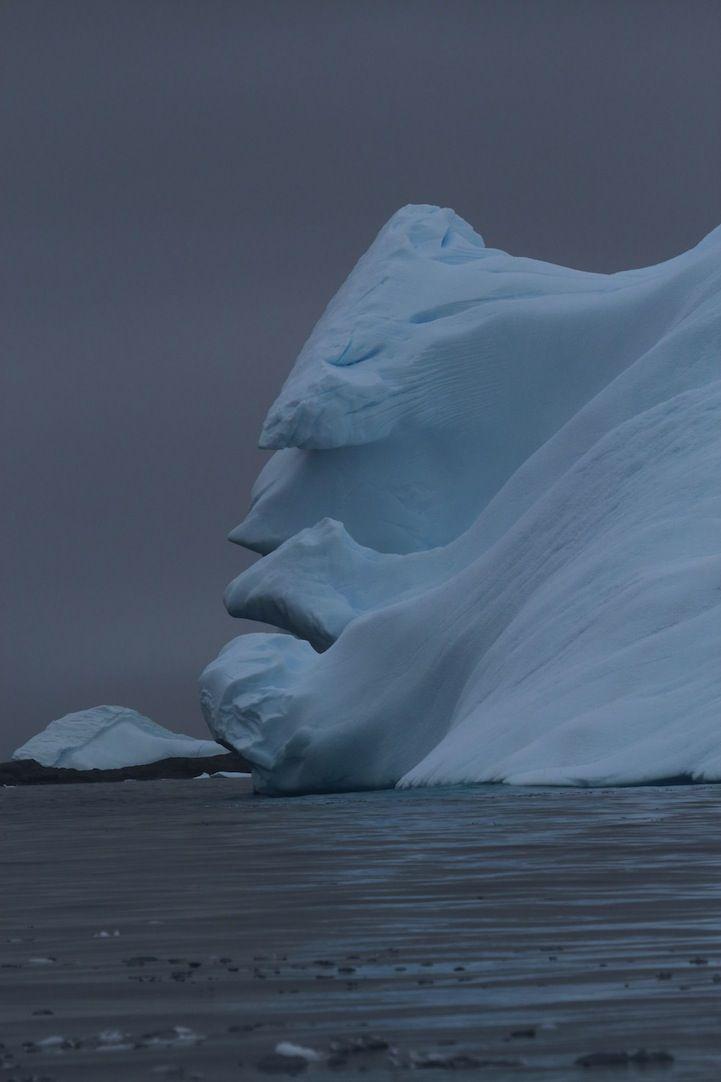 Un anciano y barbado iceberg en la Antártida Las caprichosas formas del hielo pueden formar, al igual que las nubes, todo tipo de figuras q...