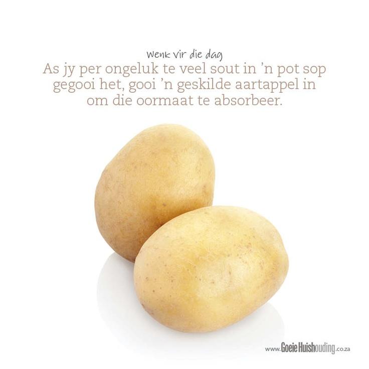 As jy per ongeluk te veel sout in 'n pot sop gegooi het, gooi 'n geskilde aartappel in om die oormaat te absorbeer. www.goeiehuishouding.co.za