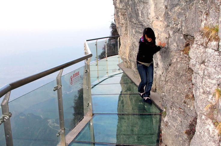 """Der Skywalk """"Walk of Faith"""" in der chinesischen Provinz Hunan schlängelt sich auf einer Höhe von 1430 Metern um den Tianmen-Berg."""