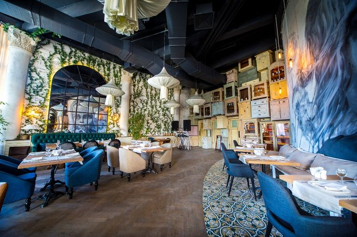 Amazing 3-metres mirrors by #handlestudio in italian restaurant Che Bazza! in Moscow. #mirror #metall #restaurant