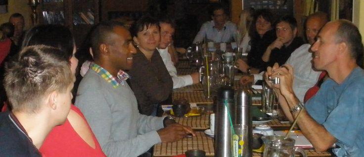 Mark Dzirasa s ostatními účastníky pokecu o štěstí.