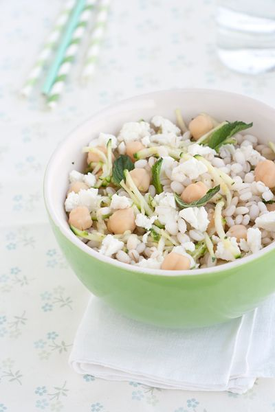 Insalata di orzo con zucchine, ceci e feta