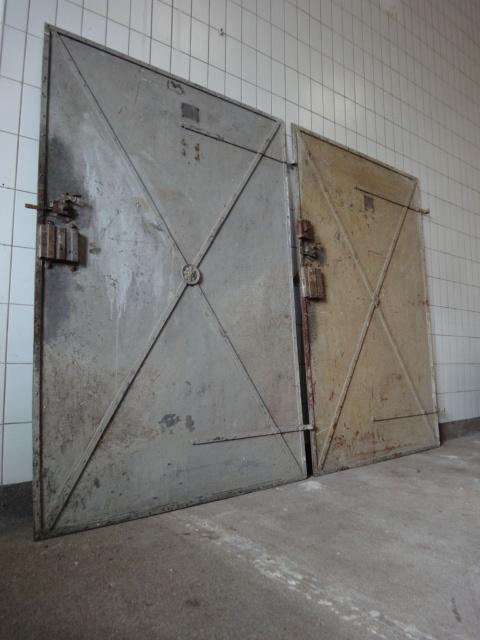 Twee metalen gevangenis deuren.