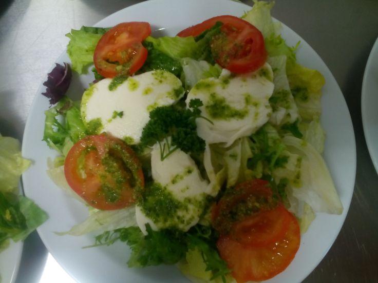 ledový salát s rajčaty,mozarelou a česnekový dresink