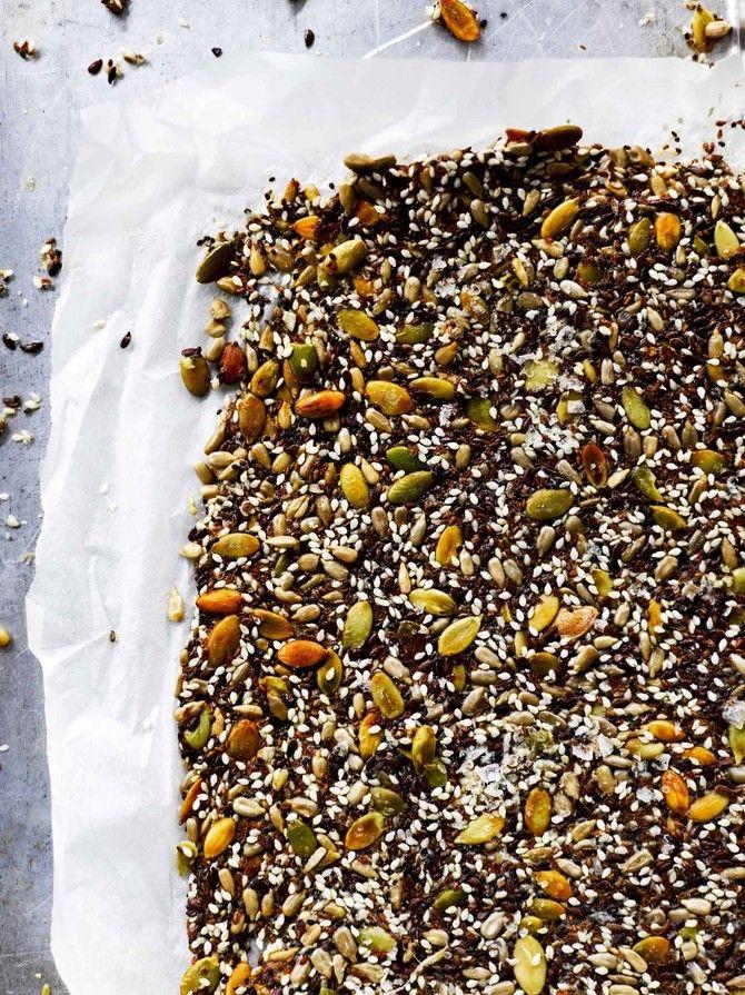 Siemenet pursuavat hyviä rasvoja ja kuituja, eivätkä ole yhtä tyyriitä kuin pähkinät. Tämä gluteeniton siemennäkkileipä tehdään kokonaan ilman jauhoja.