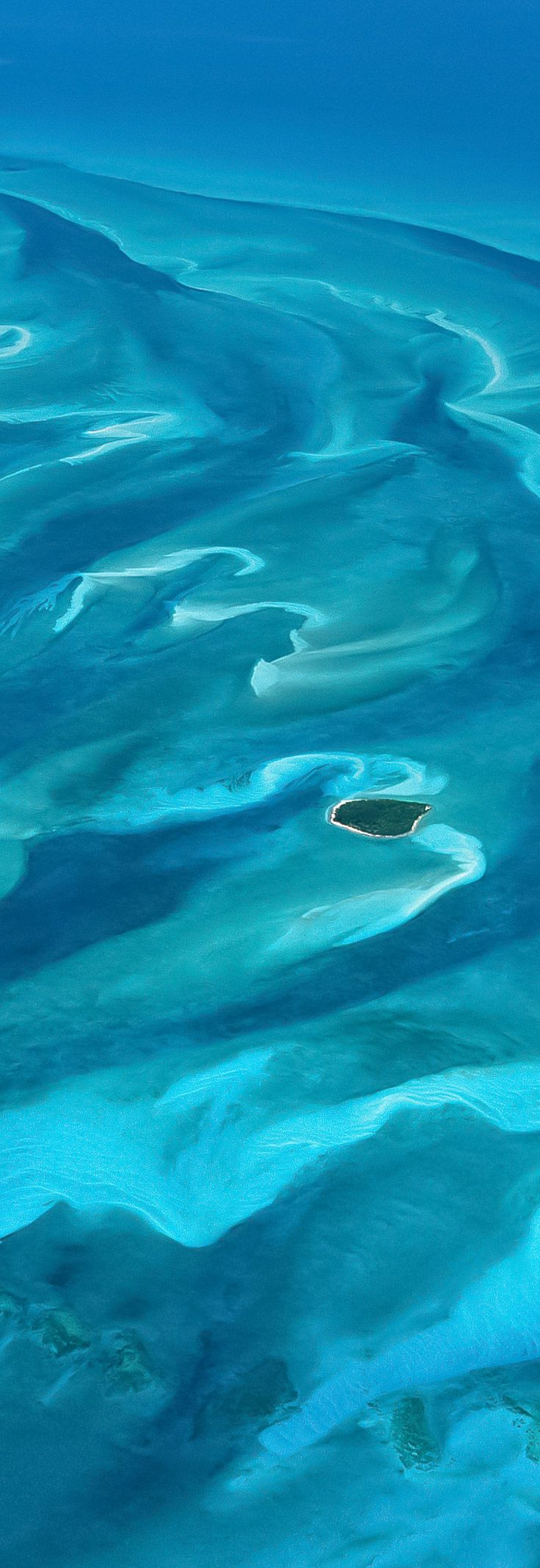 Travel inspiration : desolate island in the ocean. Click through for more travel tips and inspiration!