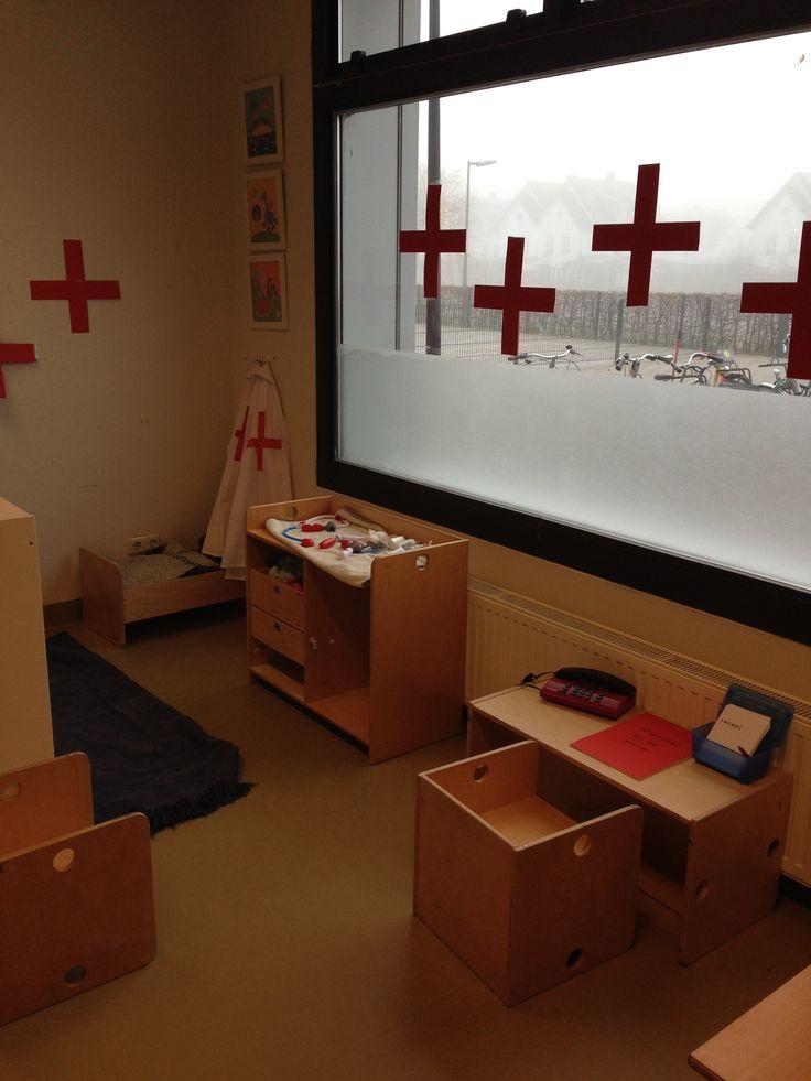 Ziekenhuishoek! Met ziekenhuis bed, receptie met telefoon, telefoonboek en afsprakenboek. Natuurlijk kruis op het raam en op de jassen.