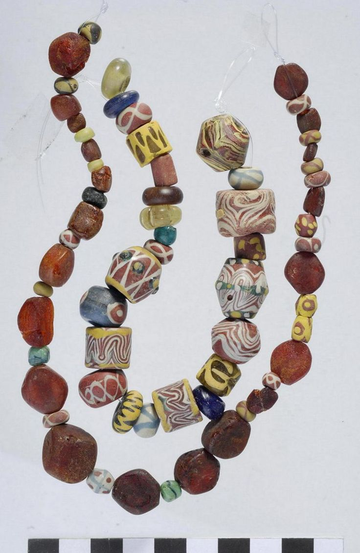 Constantin Pion - The glass beads in Merovingian Gaul (fifth to eighth centuries). . Discovering know-how for the ladies