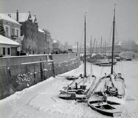 Om het koud van te krijgen: De oude haven bij Bokkingshang met de schepen die vastgevroren liggen. Dit moet begin 30 zijn, in ieder geval voor 1933, want november 1933 werd dit gedempt.