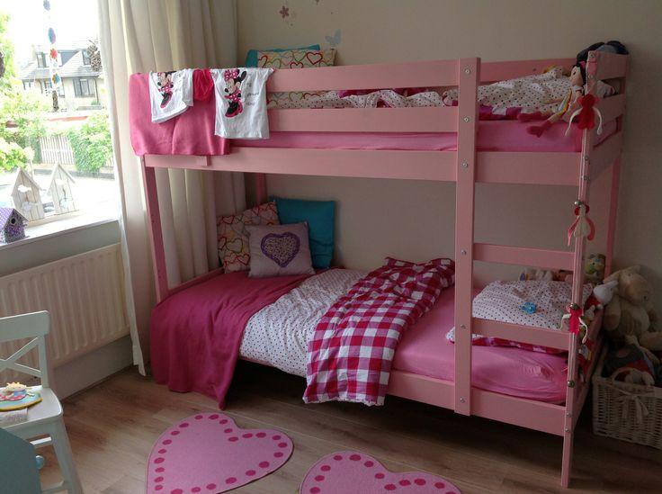 Slaapkamer van mijn dochters. Stapelbed van Ikea roze geverfd. Vrolijk beddengoed van de Hema. Vrolijke meidenkamer hoeft niet duur te zijn :)