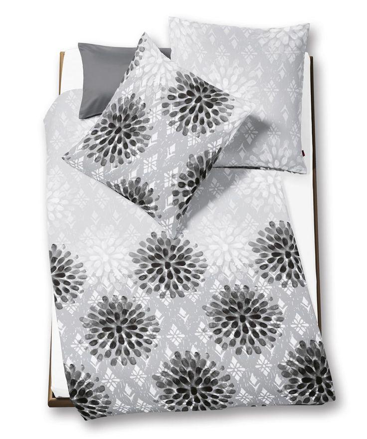 Diese Blumenbettwäsche mit reduzierter Grafik paßt perfekt zum angesagten Skandi Look. In elegantem Grau wird Ihr Bett zum modebewußten It-Piece. Erhältlich von 135x200 bis zur Übergröße 200x220 bei www.ladyproject.de