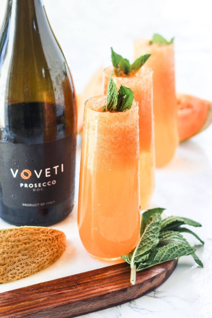 These cantaloupe bellinis are perfect for lazy spring brunches! #VOVETI #CleverGirls #ad