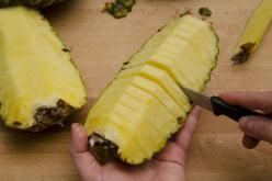 Come tagliare l'ananas a spicchi