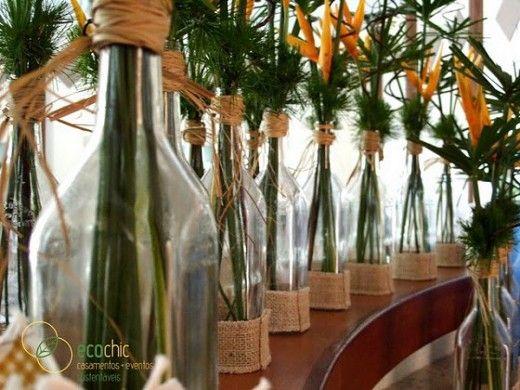 garrafas de bebidas como vasos para flores.