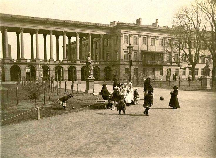 Rok 1890. Fragment pałacu i kolumnady, widziany z Ogrodu Saskiego.  Zdjęcie wykonał jeden z pierwszych warszawskich fotografów Konrad Brandel. Słynny jest z tego, że już w XIX wynalazł coś co nazywane jest - fotorewolwer - a służy do robienia zdjęć ludziom w ruchu. To zdjęcie jest właśnie tego przykładem.  źródło fot-fotopolska.eu