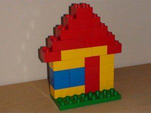 huizen bouwen, beide kanten van een straat, huisnummers erop plakken (even oneven) lego