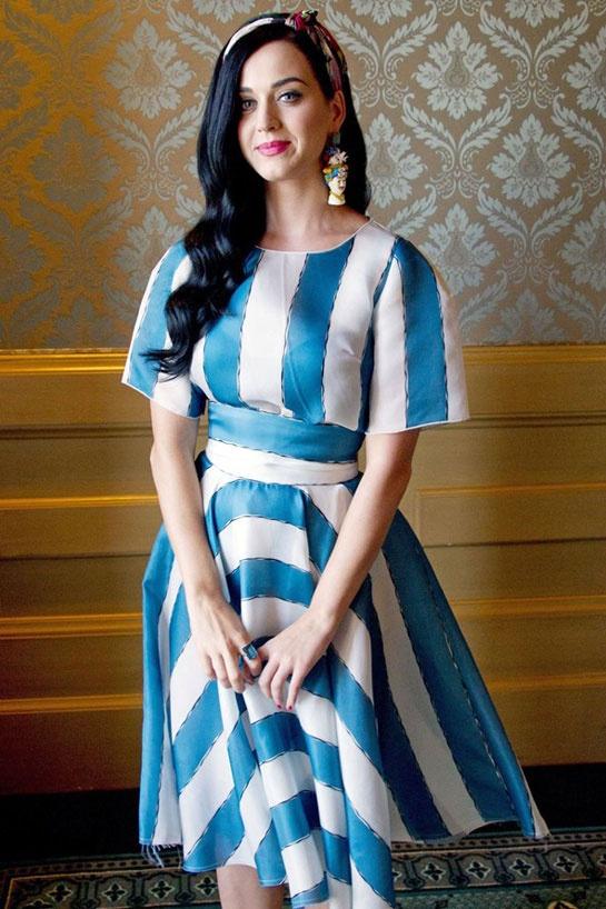 Katy Perry en Dolce & Gabbana http://www.vogue.fr/mode/inspirations/diaporama/les-looks-du-mois-d-avril-des-podiums-a-la-realite-dolce-gabbana-saint-laurent-christian-dior-anthony-vaccarello-isabel-marant/12995/image/749422#!katy-perry-en-dolce-amp-gabbana