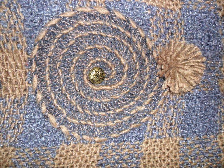 aplicación en crochet con botón dorado