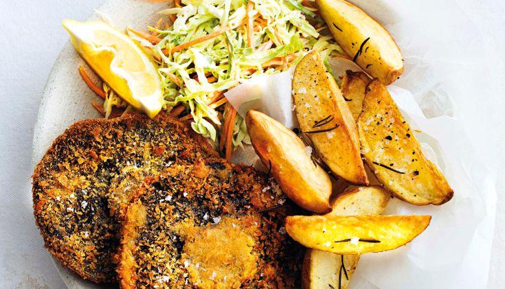 Een lekkere snack bij zelfgemaakte ovenfriet is gefrituurde portobello. Serveer er een lekkere frisse koolsalade met wortel bij.